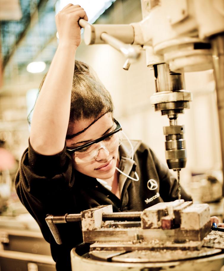 16/10/2013        Editoria: Empresas Reporter: Eduardo Laguna Local: Fabrica da Mercedes-Benz Pauta: Estamos trabalhando em uma reportagem sobre a participacao de mulheres nas linhas de producao de veiculos. A Mercedes vai nos apresentar a escola que prep