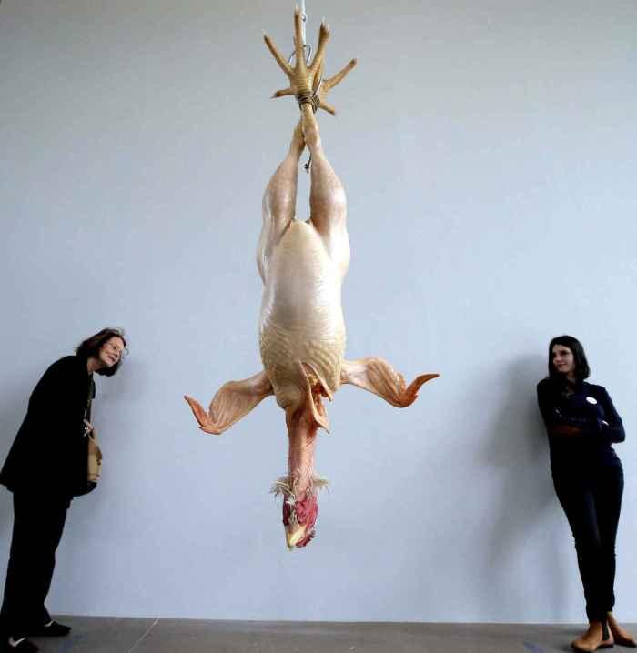 visitors-look-at-sculpture-8152-diaporama