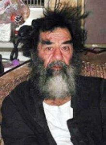 20040221 - GINEVRA - CRO: IRAQ: VISITA CICR A SADDAM, CHE DA' MESSAGGIO PER FAMIGLIA.  Una immagine risalente al 15 gennaio scorso del deposto presidente iracheno Saddam Hussein. Due delegati del Comitato internazionale della Croce Rossa, fra cui un medico, hanno fatto visita a Saddam Hussein oggi in Iraq e sono potuti restare con lui un tempo sufficiente per esaminare il suo stato fisico e morale. Saddam Hussein ha consegnato al gruppo della Croce rossa internazionale che  stamane gli ha fatto visita un messaggio per la famiglia.                       ARCHIVIO ANSA / li