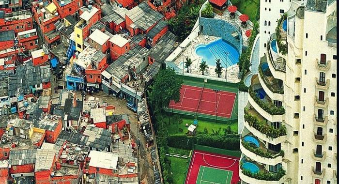 favela-do-lado-de-condomnio-de-luxo-001